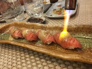 Tartarde atún picante, con aguacate y Tanuki